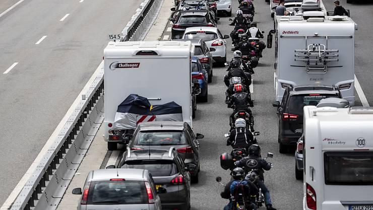 Geduld ist am Gotthard gefragt: Die Autos stauen sich auf über 11 Kilometern. (Archivbild)
