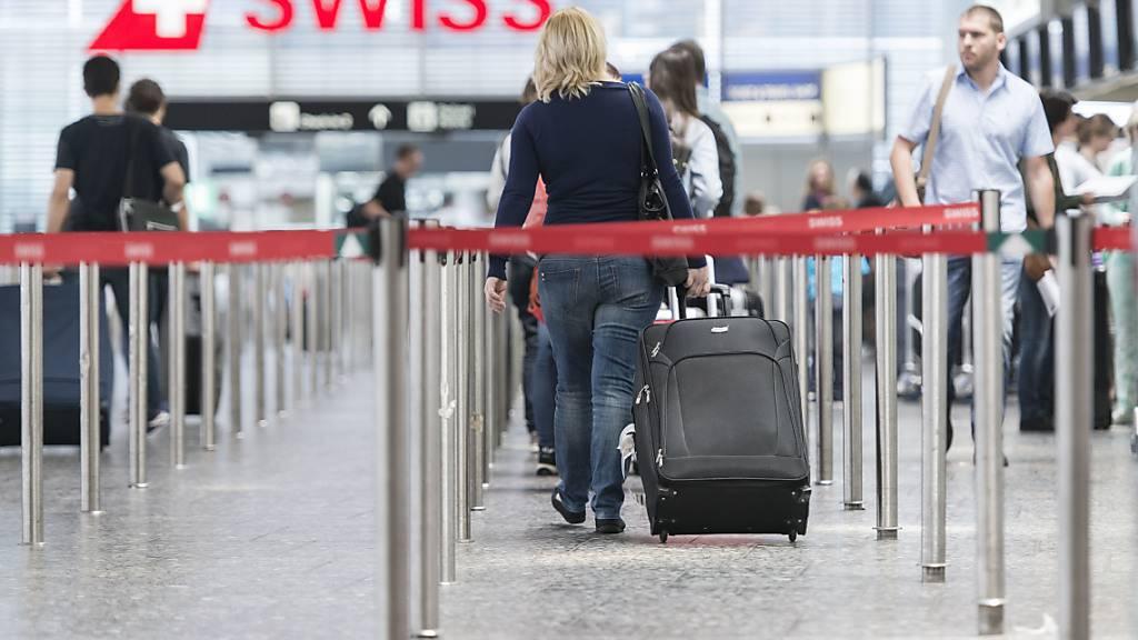 Die Passagierzahlen am Flughafen Zürich sind im Oktober im Zuge der zweiten Coronawelle weiter gesunken.(Symbolbild)