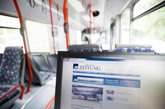 Der hintere Teil des Busses ist mit zwei Laptops ausgestattet. Damit kann direkt auf die Homepage www.aargauerzeitung.ch zugegriffen werden, wo ein grosses Wahlportal aufgeschaltet ist.