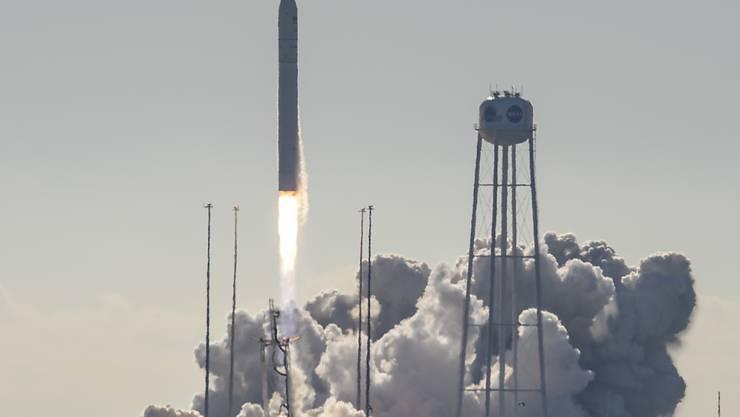 """Mit mehr als 3700 Kilogramm Nachschub und technischer Ausstattung an Bord ist der private Raumfrachter """"Cygnus"""" zur Internationalen Raumstation ISS gestartet. Teil der Ladung ist auch ein Ofen, mit dem Astronauten künftig Nahrung selber zubereiten können."""