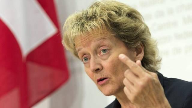 Bundesrätin Eveline Widmer-Schlumpf will mit rascher Gesetzesänderung verhinder, dass die Schweiz auf die schwarze Liste der OECD kommt.