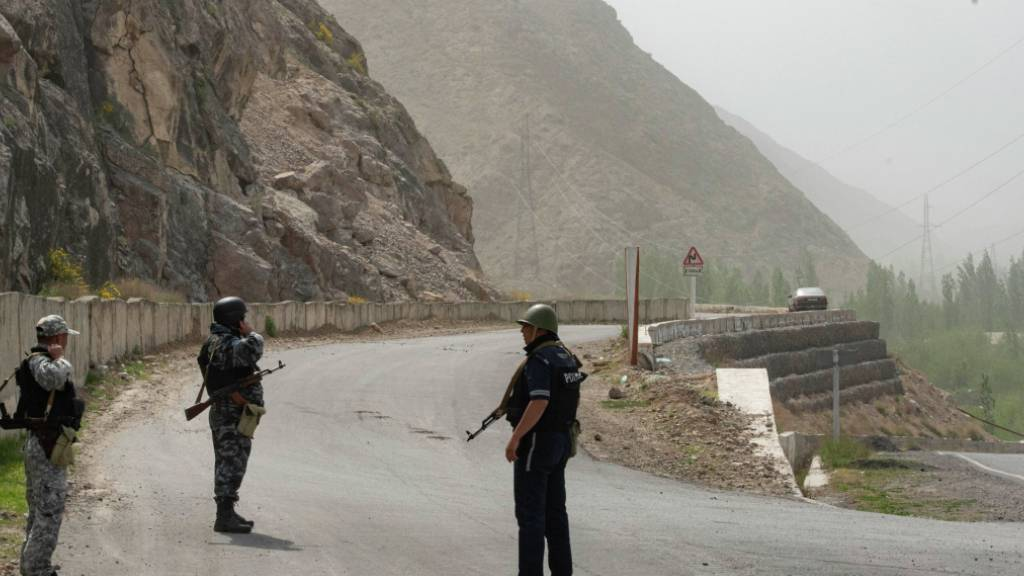 Kirgisische Ordnungshüter bewachen die Grenze zwischen Kirgistan und Tadschikistan. Foto: Elaman Karymshakov/Sputnik/dpa