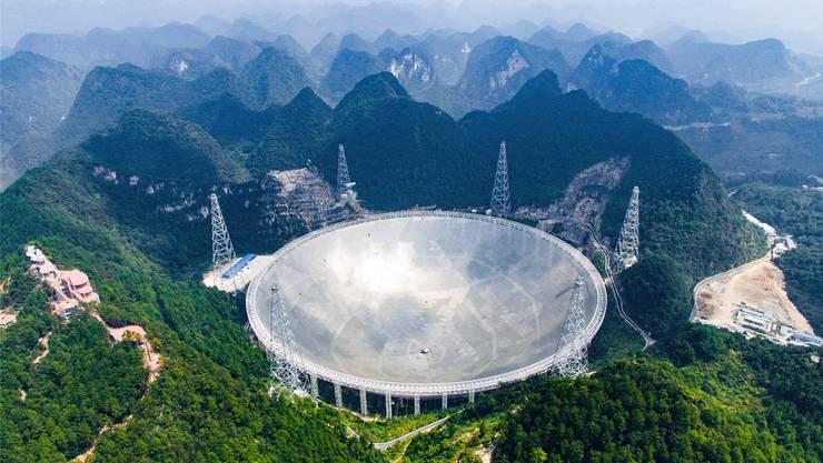 Das grösste Radioteleskop der Welt steht inmitten einer dicht bewachsenen Waldgegend in Südwestchina und sieht aus wie ein «Super-Wok»