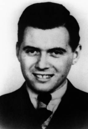 Mengele war KZ-Arzt im Konzentrationslager Auschwitz und führte dort schreckliche Experimente an Inhaftierten durch.