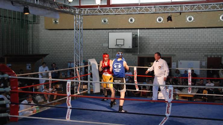 Der Einheimische Sämi Keller (rotes Shirt) boxt in der alten Aarauer Militärturnhalle.  Michel Sutter