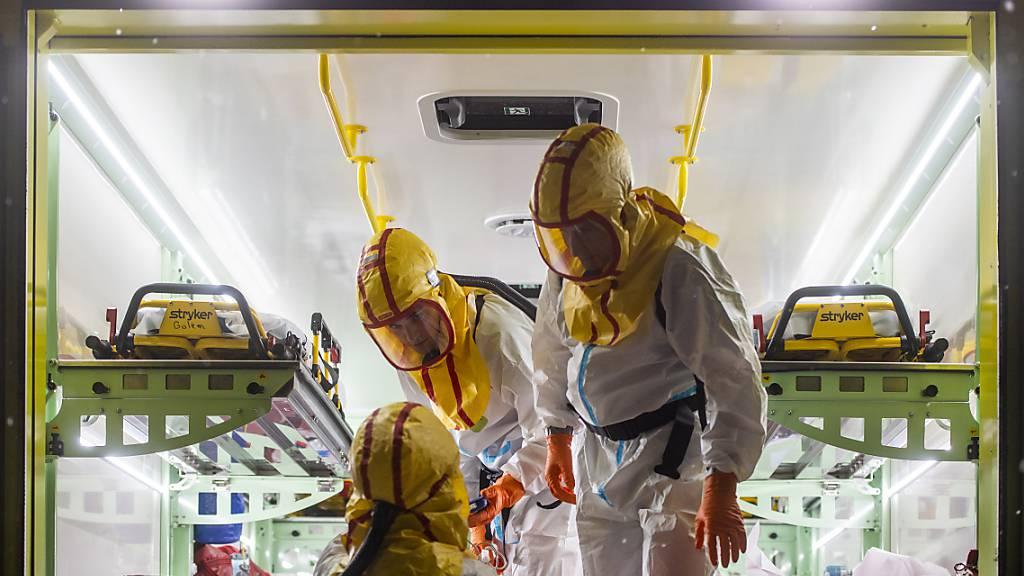 Sanitäter in Schutzkleidung in Náchod. In Tschechien werden zuzeit viele Corona-Patienten  in Krankenhäusern behandelt. Foto: David Taneèek/CTK/dpa