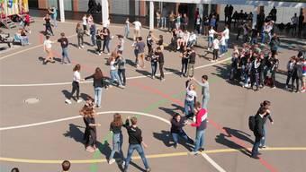 Die Oberstufenschüler zeigten auf dem Pausenplatz ihr Können. zvg