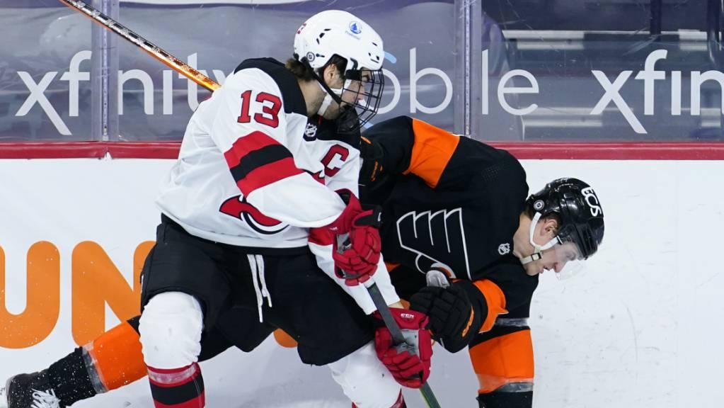 Nico Hischier kämpft mit Philadelphias Travis Sanheim um den Puck