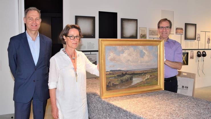 Hans Rudolf Keller (links) übergibt das Bild im Stadtmuseum an Brigitte Süess, Präsidentin der Museumskommission, sowie an Vizeammann Leo Geissmann.