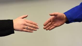 Schülerinnen und Schüler begrüssen ihre Lehrkraft per Handschlag. Jetzt wieder ohne religiös begründete Ausnahme.