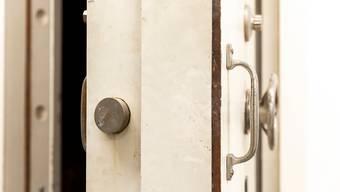 Der unbekannte Mann zwang die Verkäuferin, den Tresor zu öffnen. (Symbolbild)