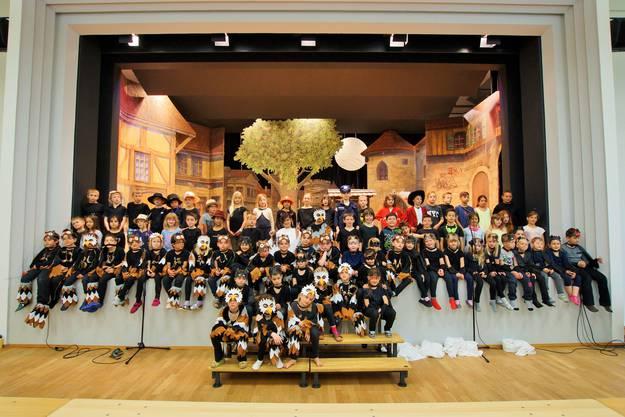 80 Schulkinder der ersten bis dritten Primarschule Erlinsbach spielen zusammen die Geschichte vom kleinen Gespenst
