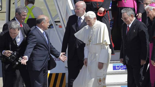 Kubas Präsident Raúl Castro nimmt Papst Benedikt in Empfang