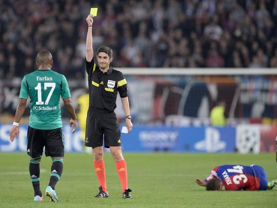 Schalkes Jefferson Farfan erhält die gelbe Karte wegen eines Fouls.