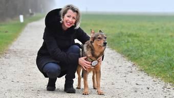 Denise Bürgi mit Hund Ernesto auf einem Spaziergang in Egerkingen.