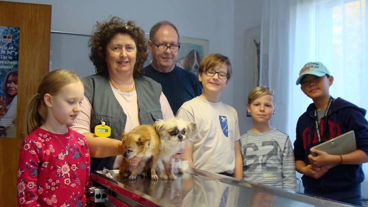 Eileen, Manuela und Jann Rapp, Jonathan, Timon und Keyon im Behandlungsraum.