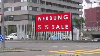 BDP-Grossrat Fabian Hauser will die Aargauer Finanzen aufbessern indem man, statt Kunst oder Pflanzen, Werbeplakate mitten in den Kreisverkehr stellt.