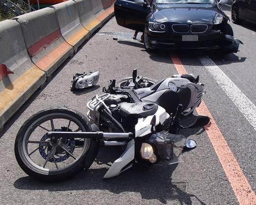 Beim Sturz ist der 19-jährige Fahrer unverletzt geblieben, sein 53-jähriger Beifahrer hat sich jedoch mittelschwer verletzt.