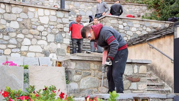 Arbeitet sogar mehr als nötig: der Kosovare, der Schweizer sein möchte, bei der Fronarbeit im Oberwallis 2016. rro.ch