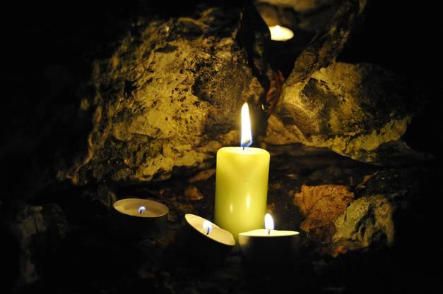 Auch das Kerzenaufstellen an Weihnachten bleibt erlaubt