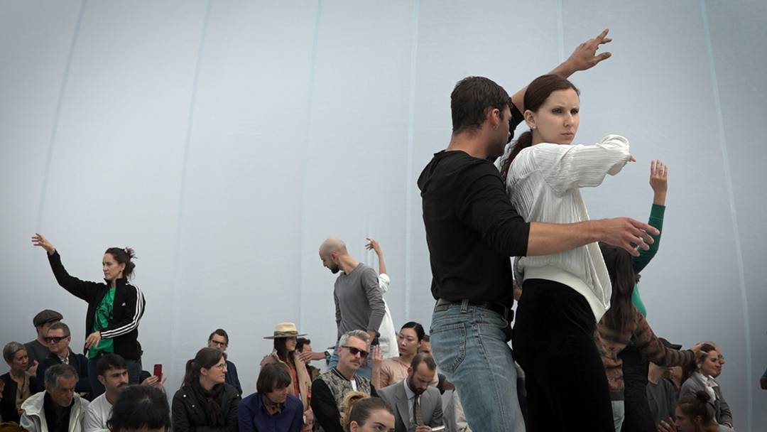 Choreografin Alexandra Pirici verblüfft mit ihrer Performance an der Art Basel