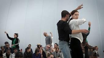 Auf Einladung der italienischen Kuratorin Cecilia Alemani bespielt die rumänische Choreografin AlexandraPirici während der Art den Messeplatz. Die Art Basel ist nach Berlin und Buenos Aires die dritte Station für «Aggregate», eine der, nach Aussage der Kuratorin, «ambitioniertesten Arbeiten Piricis».