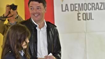 Italiens Ex-Premier Matteo Renzi ist mit überwältigender Mehrheit zum Chef der PD-Partei gewählt worden.