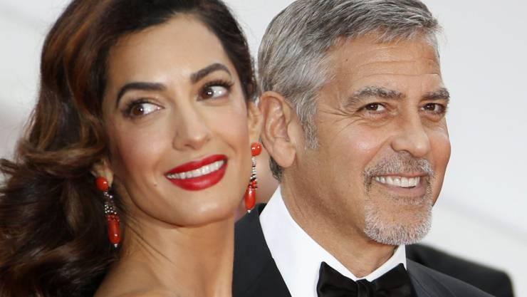 Am WEF in Davos geht das Gerücht, Amal und George Clooney erwarteten Zwillinge. Die Menschenrechtsanwältin wurde nach einem Business-Lunch mit einem kleinen Bäuchlein gesichtet: Baby-Beule oder Blähungen? (Archivbild)