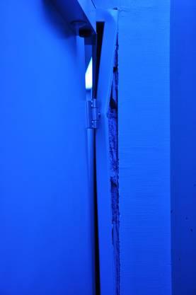Im Herren-WC wurde ein Türrahmen aus der Wand gebrochen