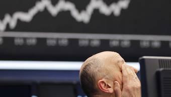 Ein Börsenmakler in Frankfurt reibt sich am Donnerstag die Augen.