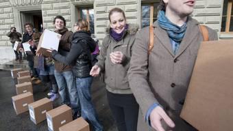 Vertreter des Verbands Schweizer Studierendenschaften sind politisch immer wieder aktiv, hier bei der Einreichung der Stipendieninitiative (Archiv).