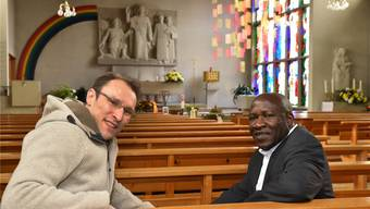 Adrian Wicki (links), Pastoralraumleiter, und Kenneth Ekeugo, leitender Priester, in der römisch-katholischen Kirche in Härkingen.