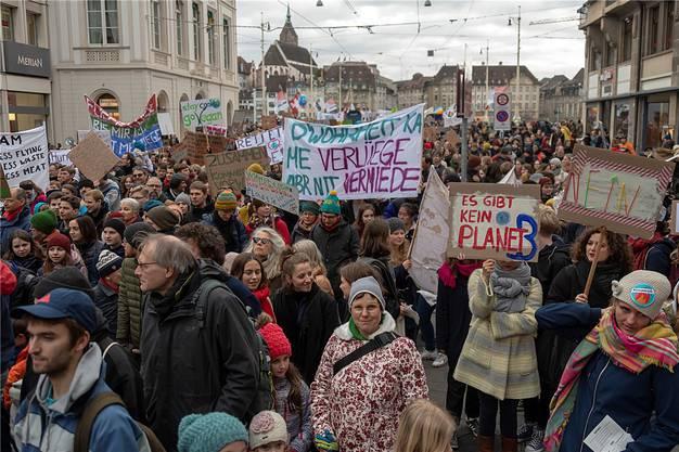 «Handelt, als würde unser Haus brennen. Denn das tut es»: Auch in Basel gehen Tausende für den Klimaschutz auf die Strasse.