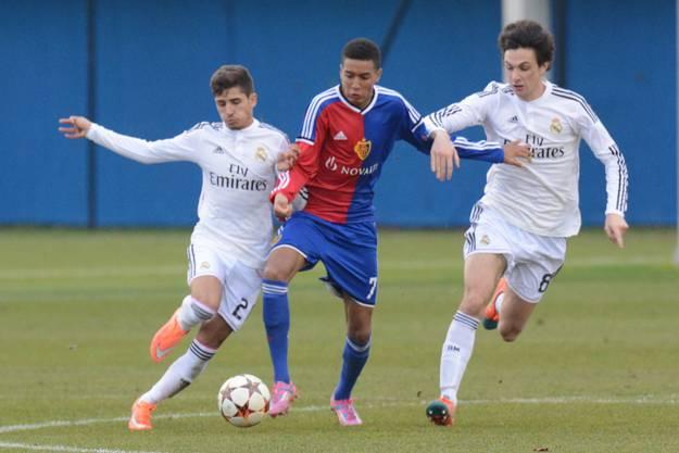 Basels Charles Pickel (mitte) kann sich gleich gegen 2 Spanier durchsetzen.