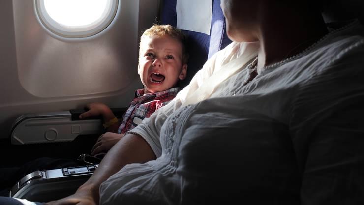 Baby an Bord: Gerade auf Langstreckenflügen sind schreiende Kinder und Babys für viele Passagiere ein Schreckensszenario.