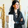 Sibylle Kessler posiert zwischen ihren Skulpturen.