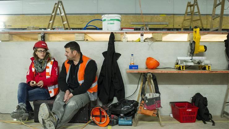 Polnischer Arbeiter auf SBB-Baustelle in Zürich mit Unia-Mitarbeiterin.