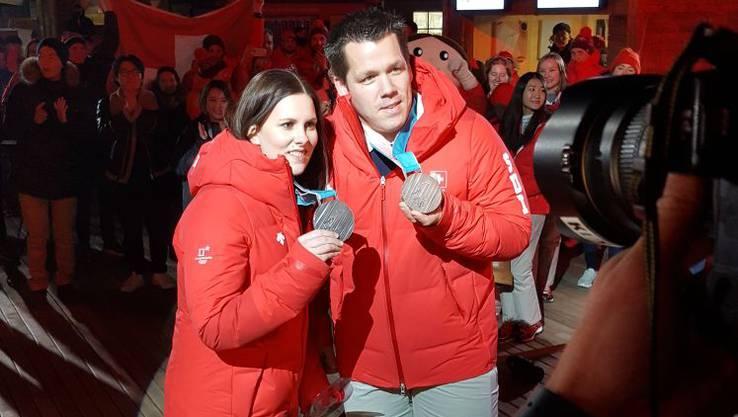 Jenny Perret und Martin Rios an der Medaillenübergabe. Wir gratulieren zu Silber bei den Curling Mixed Doubles.