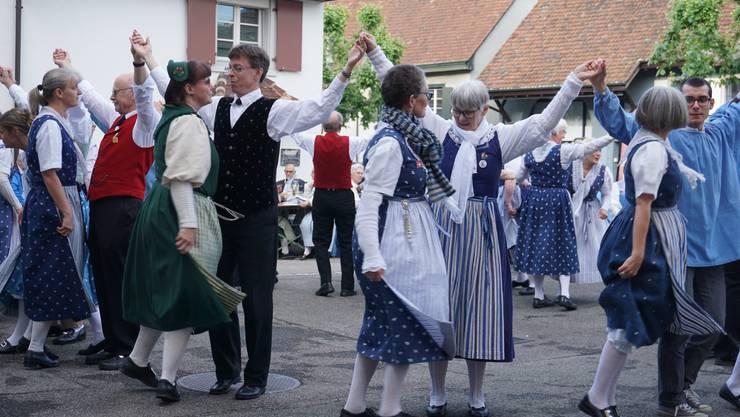 Tänzerinnen und Tänzer der Trachtenvereinigung Baselland