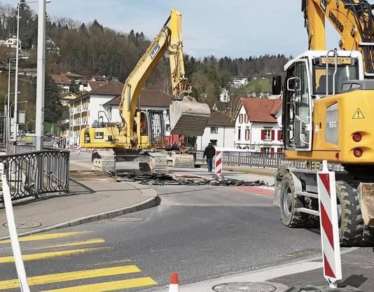 Am Dienstag waren auf der Kettenbrücke schon drei Bagger im Einsatz: In einem ersten Schritt wird der Belag entfernt.