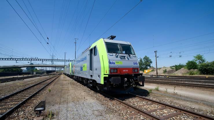 Beim Unfall zwischen Basel und Karlsruhe starb der Lokführer eines BLS-Zugs. (Symbolbild)
