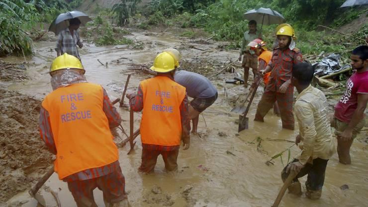 Helfer suchen nach einem Erdrutsch in Bangladesch nach Opfern.