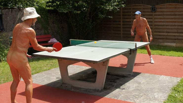 Mitglieder des Naturistenvereins spielen nackt Tischtennis