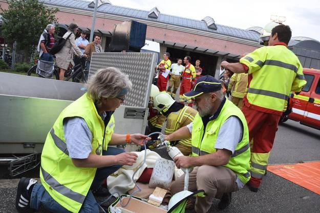 Den Gästen zeigen die Feuerwehrleute und Samariter ihr Können