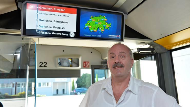 BGU-Geschäftsleiter Hans-Rudolf Zumstein vor den neuen Doppelbildschirmen des Fahrgast-Informationssystems, links mit der Strecke, rechts mit Meteo-News.