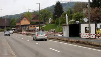 Für die Bahnkunden in Boniswil verschiebt sich der Einsteigeort ab diesem Samstag: Der ockerfarbene Bahnhof wird abgerissen und die Züge halten beim Containerprovisorium.