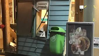 Geborstene Scheiben und ein Deckeneinsturz: Bei der Sprengung eines Bankomaten in einem Geschäft in Neftenbach ZH richteten die Täter erhebliche Zerstörung an.