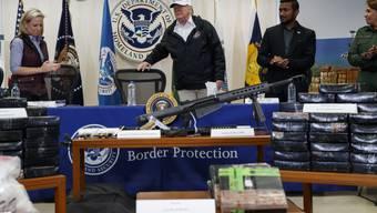 Auf einem Tisch vor Präsident Donald Trump hatten die Sicherheitskräfte Drogen, Waffen sowie eine Plastiktüte mit Geld aufgestellt, um zu illustrieren, was an der Grenze beschlagnahmt wird.