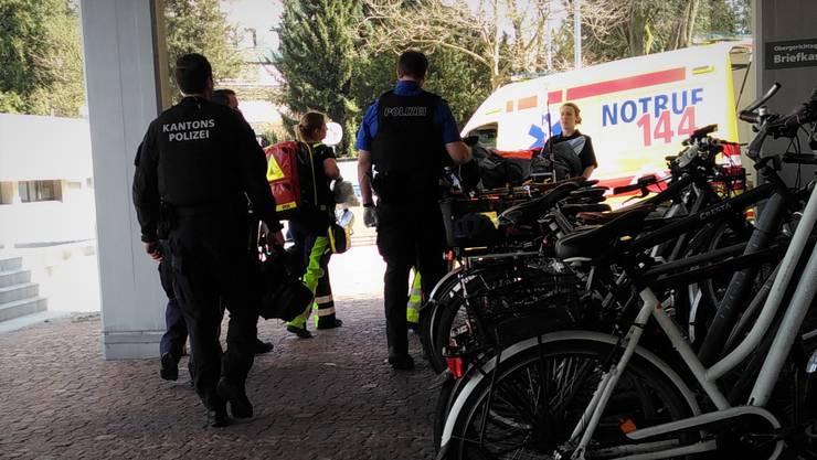 Der Angeklagte wurde von der Ambulanz ins Kantonsspital Aarau gebracht.