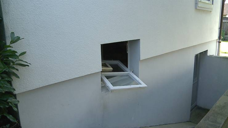 Aufgebrochenes Fenster der Liegenschaft in Gränichen, wo die mutmasslichen Täter Sachen erbeutet haben .